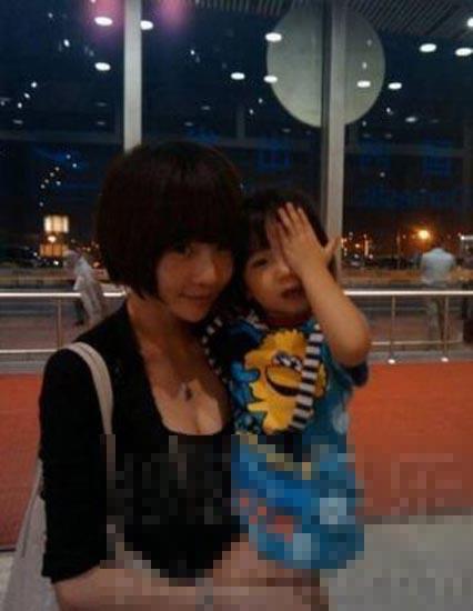 高晓松/高晓松老婆与女儿比卖萌,似90后小萝莉。