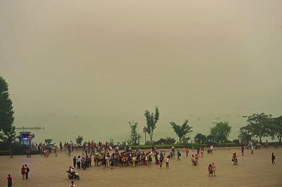 这是雾霾天时的南京火车站站前广场。 宋峤 摄