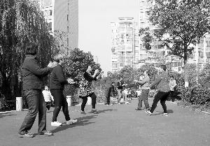 """时光�辉闲∏�的""""大妈""""们在跳广场舞,她们选择的时间是上午10点左右 现代快报记者 李雨泽 摄"""