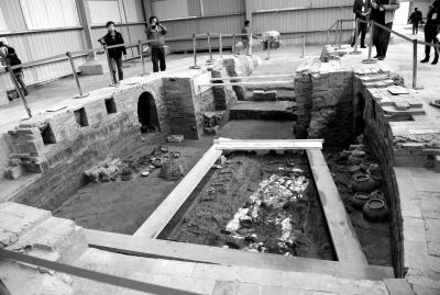 二号墓(萧后墓)墓室及其中出土的女性人骨遗骸和随葬品(11月16日摄)。新华社发