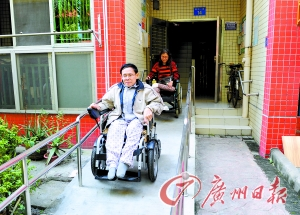 陈叔和 刘姨 乔军伟/陈叔和刘姨坐着轮椅从改造好的通道出门。记者乔军伟摄