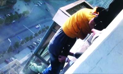女孩在跳楼瞬间被民警抓住