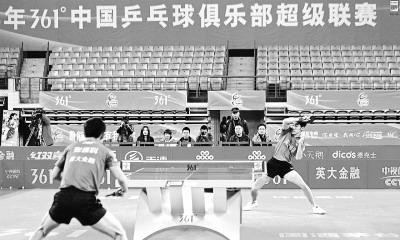 即使是有奥运冠军张继科(左)参加的乒超男团半决赛,看台上照样空空如也