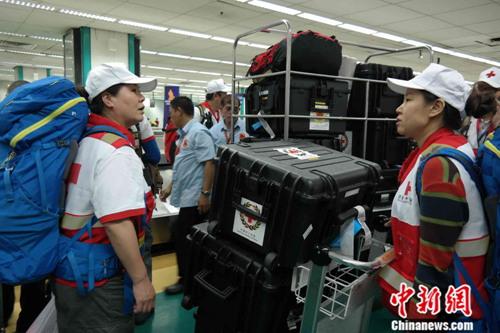11月20日晚,中国红十字会国际救援队第一批18名救援队员搭乘民航班机抵达菲律宾首都马尼拉,将转赴菲国中部台风重灾区参加人道主义救援行动。图为救援队员在机场领取携带的大量装备。