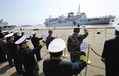"""昨日,浙江舟山,中国海军14000吨位的""""和平方舟""""号医院船启程开赴菲律宾灾区,参加救援工作。"""