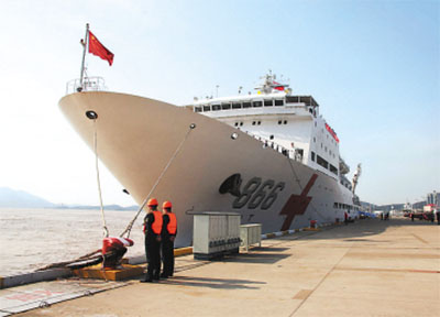 连日来,中国展开对菲律宾的救援行动。中国红十字会第一支救援队22日赶赴塔克洛班市,第二支救援队21日抵马尼拉。