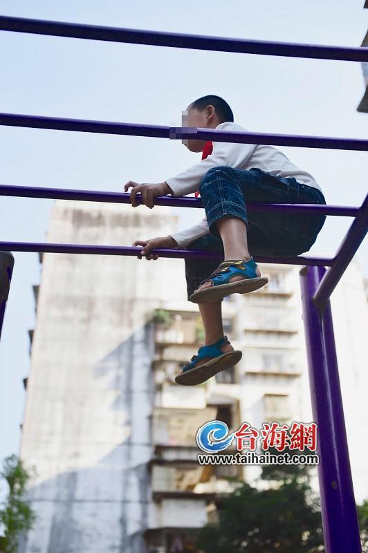 户外健身器材 儿童慎玩(图)