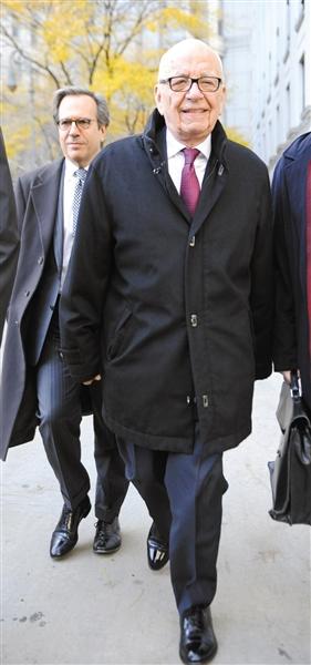 20日,默多克走出法庭。