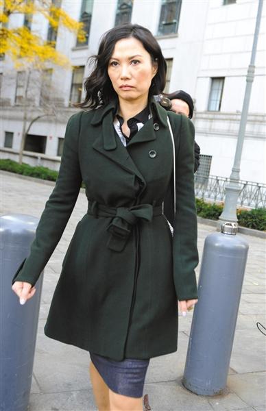 20日,邓文迪走出法庭。