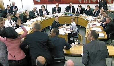 """2011年,邓文迪在英国议会飞掌报复企图袭击默多克的男子,""""悍妻""""一炮走红。"""
