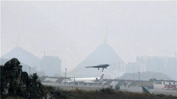 中国利剑隐身无人机成功首飞