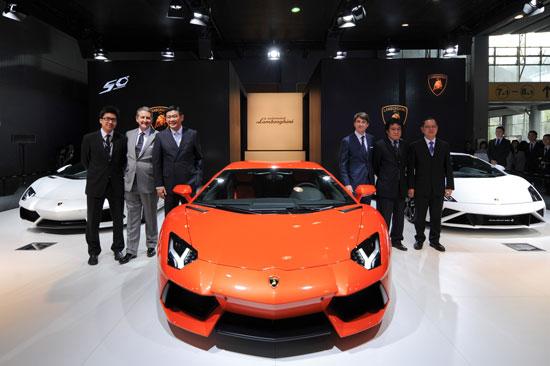 兰博基尼汽车中国总经理Andrea-Baldi(右三)与大众汽车集团(中国)董事兼执行副总裁苏伟铭先生(左三)及集团其他董事会成员合影
