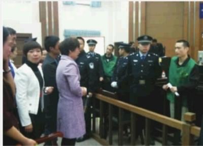 """11月21日为全省""""检察开放日"""",数十名社会公众受邀在岳麓区人民法院旁听案件。图为,庭审结束后,两嫌犯家属泣不成声。"""