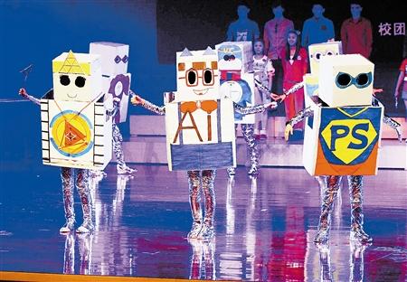 学生设计制作的机器人主题服装等时尚新颖,创意十足.图片