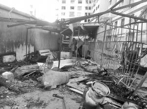 存放液化气罐的废弃单车棚,被炸得一片狼藉。