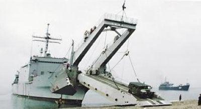 台军将派出新港级登陆舰中和号前往菲律宾,从图可见到舰艏的吊桥式跳板,可供车辆上下。图为台湾海军舰指部档案照。 (来源 台湾《联合报》)