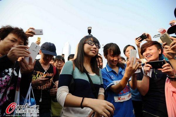 2013广州马拉松现场瞬间 美女现场被求婚
