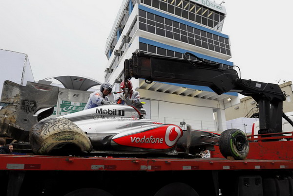 图文:F1巴西站排位赛 迈凯轮赛车被撞毁