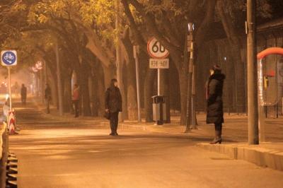 """燕莎桥附近,多名""""站街女""""沿街招揽生意。京华时报记者谭青摄"""
