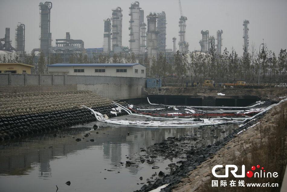 青岛输油管道爆燃事故 致胶州湾海面被原油污染