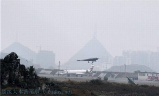原文配图:网络流传利剑无人机首飞的照片。