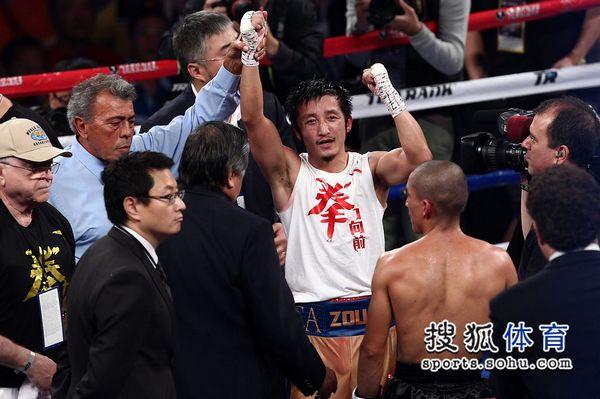 图文:邹市明职业拳击第三场赛况 胜利得之不易