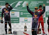 图文:F1巴西大奖赛正赛 维特尔登台庆祝