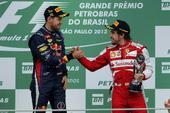 图文:F1巴西大奖赛正赛 维特尔与阿隆索握手