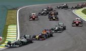 图文:F1巴西大奖赛正赛 拥挤的弯道