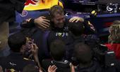 图文:F1巴西大奖赛正赛 与团队一起庆祝