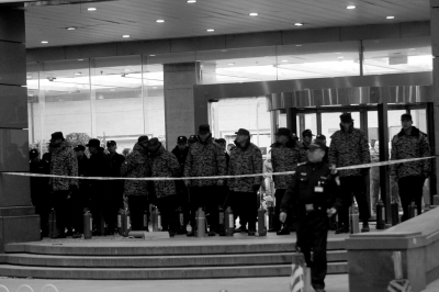 昨天凌晨5点,数十男子仍留守在大门前。