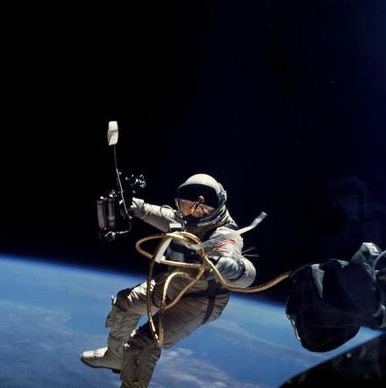 网络资料图:太空行走时,连接宇航员与飞船的缆绳强度相当高