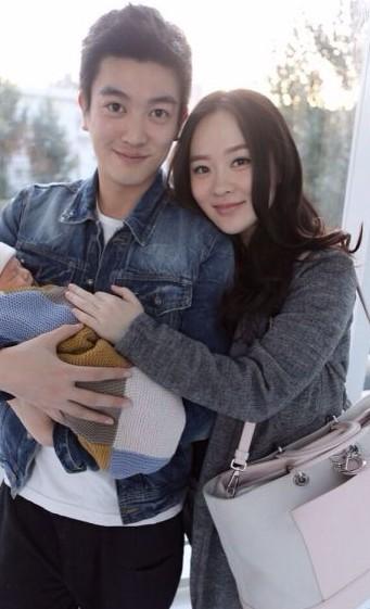 霍思燕与老公杜江抱儿子出镜