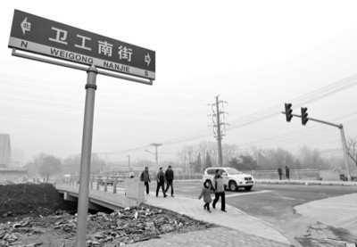 昨日,沈阳市铁西区卫工街南九路桥正式开放通车。过去两个月,该桥被重新建造。