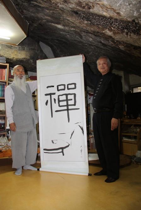 张大华老师向韩国天生寺石佛主持赠送禅画
