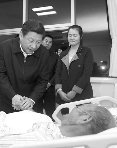 11月24日,习近平在青岛大学附属医院黄岛分院看望慰问伤员。