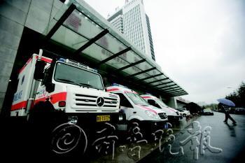 图为在青岛青大附院黄岛分院,救护车随时待命。 本报记者 张晓鹏 摄