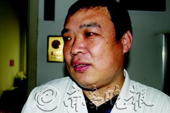 陈洪瑜的右眼毛细血管破裂合并感染。 杨林 摄