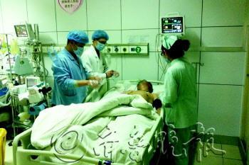 24日,在开发区第一人民医院ICU病房内,医护人员正在抢救伤员。 杨林 摄