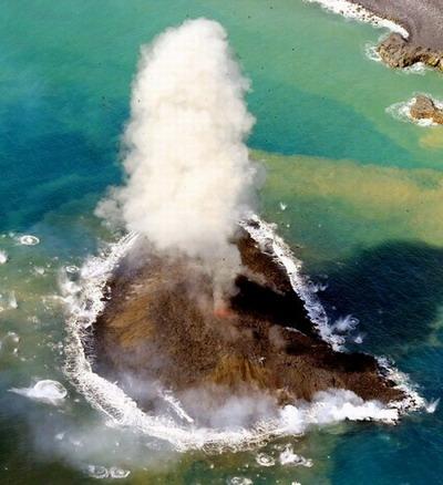 24日拍摄到的日本小笠原群岛西之岛附近发现的新岛(网页截图)