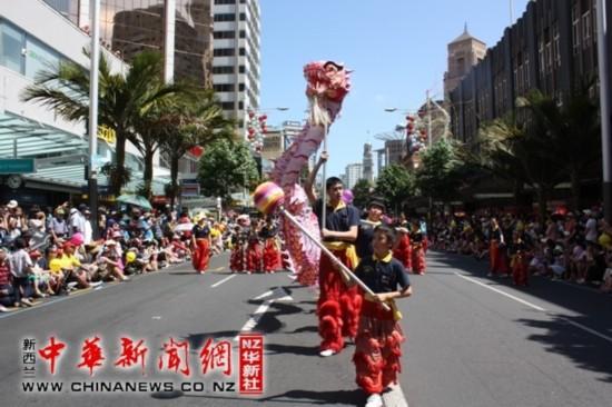 中国 新西兰/新西兰华人参加奥克兰圣诞游行中国舞龙舞狮受欢迎(图)