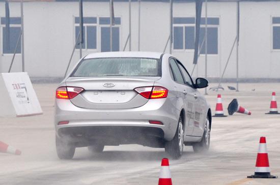 奇瑞   对   艾瑞泽7   的车型百公里综合油耗为7.6l.   高清图片