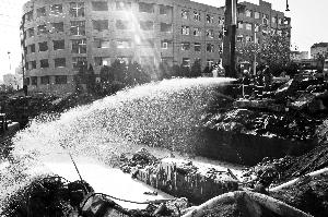 11月25日,消防官兵在斋堂岛街北口作业点喷洒泡沫灭火剂,形成防护膜以阻隔油面接触空气,防止石油挥发和燃烧。 新华社发