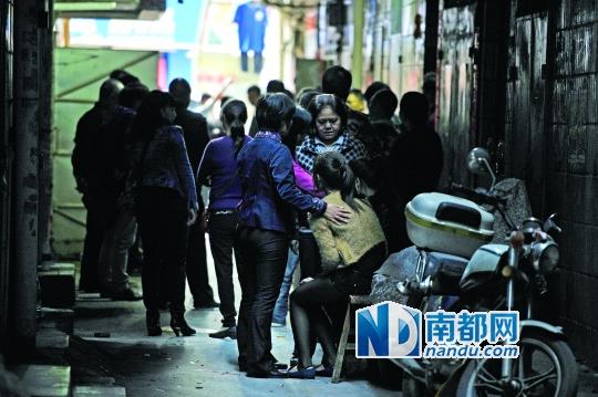 起火出租屋楼下,政府工作人员在安抚死者家属。 南都记者 梁炜培 黎湛均 摄