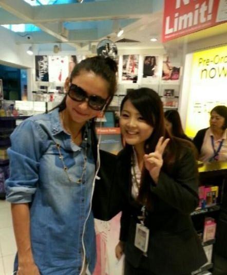 张柏芝新加坡购物被粉丝认出