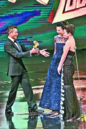 刘德华邀请张曼玉给章子怡颁奖,张曼玉谦让给刘德华颁。