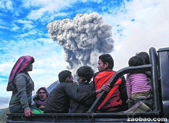 锡纳朋火山连日大喷发,5公里范围内的村民被紧急疏散。看着火山喷发不止,村民也不敢掉以轻心。
