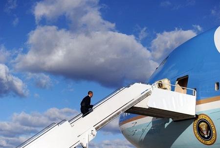 """当地时间24日,美国总统奥巴马登上空军一号。他在23日晚上表示,同伊朗达成最终协议""""并非易事""""。"""