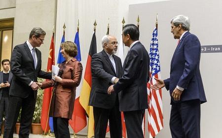 美国国务卿克里和伊朗外长扎里夫在协议宣布后握手。