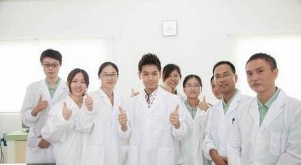 林志颖曾在微博上晒过两张他与研发团队的合影